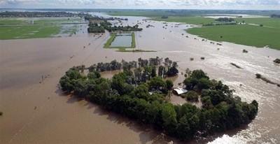 Bajo el agua en La Emilia: a lucha de los vecinos por rescatar lo poco que sobrevivi� a la inundaci�...